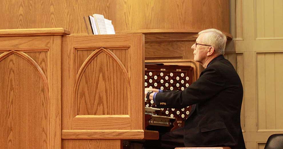 Conely performs Majestic Organ recital